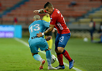 MEDELLIN - COLOMBIA, 20-04-2019: Leonardo Castro del Medellín disputa el balón con Juan Pablo Zuluaga de Jaguares durante partido por la fecha 17 de la Liga Águila I 2019 entre Deportivo Independiente Medellín y Jaguares de Córdoba F:C: jugado en el estadio Atanasio Girardot de la ciudad de Medellín. / Leonardo Castro of Medellin vies for the ball with Juan Pablo Zuluaga of Jaguares during match for the date 17 of the Aguila League I 2019 between Deportivo Independiente Medellin and Jaguares de Cordoba F:C: played at Atanasio Girardot stadium in Medellin city. Photo: VizzorImage / Leon Monsalve / Cont