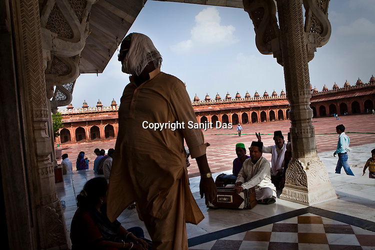A group of qawwals (religious singers) offer prayers at the Chisti Dargah in Fatehpur Sikri in Agra, Uttar Pradesh in India. Photo: Sanjit Das/Panos pour Le Point