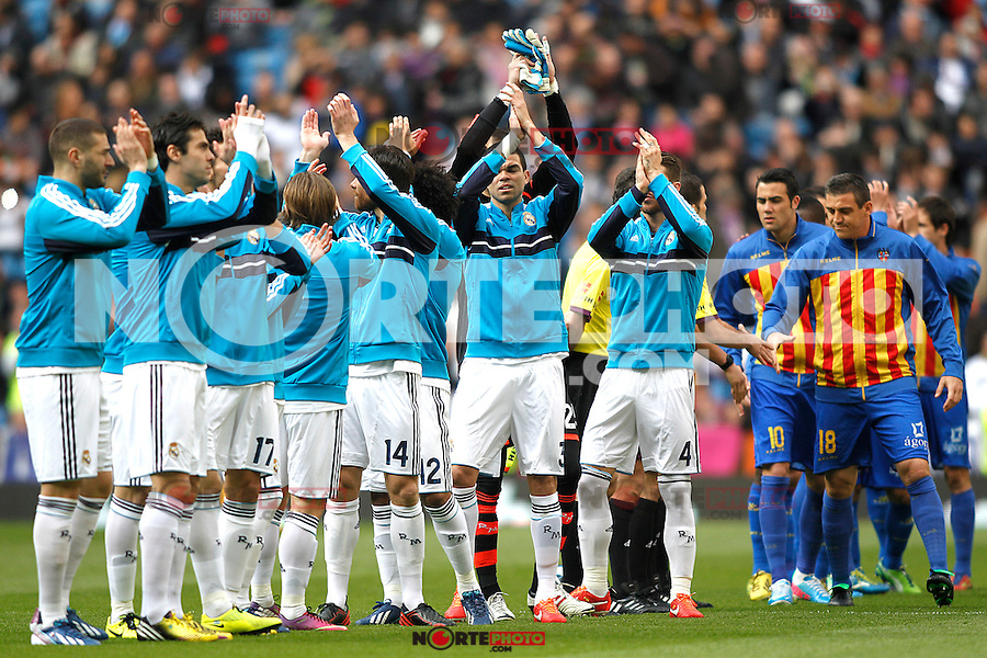 Real Madrid's players and Levante's players salute each others during La Liga BBVA match. April 6, 2013.(ALTERPHOTOS/Alconada)