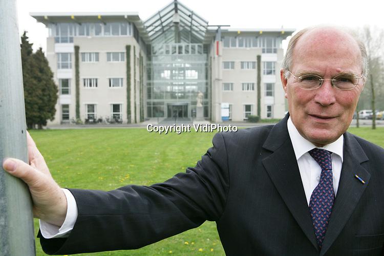 Foto: VidiPhoto<br /> <br /> WAGENINGEN - Portretfoto van prof. Rudy Rabbinge van de Landbouwuniversiteit Wageningen voor het hoofdgebouw van de WUR.