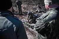 """UKRAINE, 04.2014, Kiew. Rechtsextremes Kampfbuendnis """"Rechter Sektor"""": Geheimes Waffen-Trainingslager der ultranationalistischen, faschistischen UNA-UNSO in einem Wald nahe der Hauptstadt. Ausbildung an Minen.   Right wing extremist combat alliance """"Right Sector"""": Secret arms training camp of the ultra-nationalist fascist organization UNA-UNSO in a forest near Kiev. How to handle mines. © Arturas Morozovas/EST&OST"""