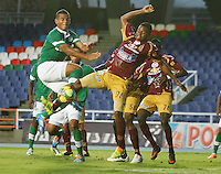 CALI - COLOMBIA -10-04-2014: Diego Amaya (Izq.) jugador de Deportivo Cali disputan el balón con John Hurtado (Der.) jugador de Deportes Tolima durante  partido Deportivo Cali y Deportes Tolima por la fecha 16 de la Liga Postobon I 2014 en el estadio Pascual Guerrero de la ciudad de Cali. / Diego Amaya (L) player of Deportivo Cali fights for the ball with John Hurtado (R) player of Deportes Tolima during a match between Deportivo Cali and Deportes Tolima for the date 16th of the Liga Postobon I 2014 at the Pascual Guerrero stadium in Cali city. Photo: VizzorImage / Juan C Quintero / Str.
