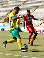 NEIVA - COLOMBIA -13 -07-2016: Carlos Robles (Izq.) jugador de Atletico Huila disputa el balón con Yonni Hinestroza (Der.) jugador de Atletico Bucaramanga, durante partido entre Atletico Huila y Cortulua, por la fecha 3 de la Liga Aguila II 2016 en el estadio Guillermo Plazas Alcid de Neiva. / Carlos Robles (L), player of Atletico Huila vies for the ball with Yonni Hinestroza (R) player of Atletico Bucaramanga, during a match between Atletico Huila and Cortulua, for the date 3 of the Liga Aguila II 2016 at the Guillermo Plazas Alcid Stadium in Neiva city. Photo: VizzorImage  / Sergio Reyes / Cont.