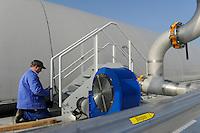 DEUTSCHLAND, Hamburg, Kompostwerk und Biogasanlage Buetzberg der Stadtreinigung Hamburg, in einer Trockenfermentation Anlage werden aus Bioabfaellen Biogas und hochwertiger Kompost erzeugt, das Gas wird durch Vattenfall in einer Aufbereitungsanlage gereinigt und als Biomethan in das Gasnetz eingespeist / GERMANY Hamburg compost factory and biogas plant of Hamburg waste management company, Biomethan gas is supplied to the gas grid