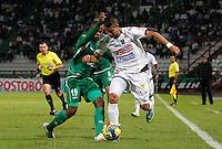 MANIZALES -COLOMBIA, 19-06-2013. César Augusto Arias (D) de Once Caldas disputa el balón con Yerson Candelo (I) del Deportivo Cali durante partido de la fecha 2 en los cuadrangulares finales de la Liga Postobón 2013-1 jugado en el estadio Palogrande de la ciudad de Manizales / Once Caldas' Player Cesar Augusto Arias (R) fights for the ball with Deportivo Cali  player Yerson Candelo (L) during match of the final quadrangular 2th date of Postobon  League 2013-1 at Palogrande  stadium in Manizales city. Photo: VizzorImage/JJ Bonilla/STR