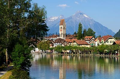 CHE, SCHWEIZ, Kanton Bern, Berner Oberland, Interlaken: Altstadt und Fluss Aare   CHE, Switzerland, Bern Canton, Bernese Oberland, Interlaken: Old Town and river Aare