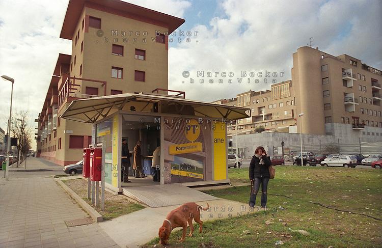 milano, quartiere bicocca, periferia nord. uffico delle poste ed edifici residenziali --- milan, bicocca district, north periphery. post office and residence buildings