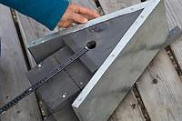 Selbstgebaute Holz-Nistkästen, Nistkasten für Vögel aus Holz, Vogelkasten, Meisenkasten selber bauen, selbst bauen, Basteln, Bastelei. Schritt 15: die idealen Maße von Höhe des Kastens, Größe des Innenraums und Durchmesser des Einflugloches werden aufgezeigt