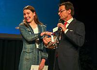Gross-Gerau 15.03.2019: Sportlergala des Kreis Groß-Gerau<br /> Schauspielerin Leia Holtwick (Immenhof) ist als Mitglied des TV Groß-Gerau hessische Meisterin in der Leichtathletik über 200 Meter in der Halle (U18) und wird bei der Sportlergala des Kreises Groß-Gerau ausgezeichnet. Kabarettst/Moderator Christian Döring (SWR) lässt sie als Glücksfee die Verlosung machen<br /> Foto: Vollformat/Marc Schüler, Schäfergasse 5, 65428 R'eim, Fon 0151/11654988, Bankverbindung KSKGG BLZ. 50852553 , KTO. 16003352. Alle Honorare zzgl. 7% MwSt.