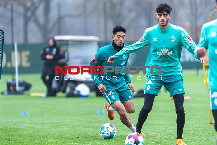 17.11.2020, Trainingsgelaende am wohninvest WESERSTADION - Platz 12, Bremen, GER, 1.FBL, Werder Bremen Training<br /> <br /> <br /> <br /> Erten  Dinkci (Werder Bremen #43 U23)<br /> KYU-HYUN PARK  (Werder Bremen II #22)<br />  ,Ball am Fuss, <br /> Querformat<br /> <br /> Foto © nordphoto / Kokenge