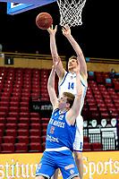 03-04-2021: Basketbal: Donar Groningen v Heroes Den Bosch: Groningen Donar speler Thomas Koenis in duel met Den Bosch speler Miha Lapornik