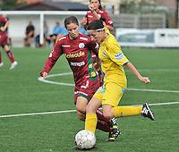 Dames Zulte Waregem - WB Sinaai Girls : Lies Van Hamme (rechts) aan de bal voor Athine Vercaemer<br /> foto David Catry / VDB