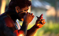 Lutadores de diversas aldeias se preparam para o Huka-huka.<br /> <br /> Huka-hukaLuta corporal que na terminologia kamaiurá lembra os gritos dos lutadores ao se defrontarem imitando o rugido da onça. Os anfitriões enfrentam uma aldeia convidada de cada vez, começando por lutas individuais de campeões reconhecidos. Seguem-se lutas simultâneas de vários pares de rivais, até as lutas dos muito jovens. Os lutadores se defrontam batendo o pé direito no chão, dando voltas no sentido dos ponteiros do relógio, com o braço esquerdo estendido e o direito retraído, enquanto gritam alternadamente: hu! ha! hu! ha! Até que chocam as mãos direitas e enlaçam o pescoço do adversário com a esquerda. A luta, que pode durar poucos segundos, termina quando um dos adversários é derrubado, o que não tem que ocorrer literalmente, bastando que a parte posterior de um de seus joelhos seja agarrada pela mão do outro, o que é considerado condição suficiente para provocar-lhe a queda. As aldeias convidadas não lutam entre si. Os enfeites dos troncos do Kwarup podem ser dados aos lutadores vencedores e também aos dois tocadores de maracá..<br /> Querência, Mato Grosso, Brasil. <br /> Foto Paulo Santos<br /> 26/07/2015<br /> <br /> Fonte: ISA