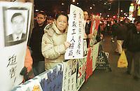 """Demonstration von Mitgliedern der Restaurant Workers Union vor dem Restaurant """"New Silver Palace"""" in Chinatown. Der Besitzer hatte, um sich der gewerkschaftlich organisierten Arbeiter zu entledigen, Konkurs angemeldet und das Restaurant spaeter mit dem Namenszusatz """"New"""" neu eroeffnet. Die ehemaligen Arbeiter haetten 5.000 Dollar zahlen sollen um an ihren alten Arbeitsplatz zurueck zu koennen. Das Restaurant war das letzte mit Gewerkschaftsmitgliedern in Chinatown.<br /> New York City, 28.12.1998<br /> Copyright: Christian-Ditsch.de<br /> [Inhaltsveraendernde Manipulation des Fotos nur nach ausdruecklicher Genehmigung des Fotografen. Vereinbarungen ueber Abtretung von Persoenlichkeitsrechten/Model Release der abgebildeten Person/Personen liegen nicht vor. NO MODEL RELEASE! Don't publish without copyright Christian-Ditsch.de, Veroeffentlichung nur mit Fotografennennung, sowie gegen Honorar, MwSt. und Beleg. Konto:, I N G - D i B a, IBAN DE58500105175400192269, BIC INGDDEFFXXX, Kontakt: post@christian-ditsch.de]"""