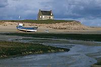 Europe/France/Bretagne/29/Finistère/Anse de Kernic: Côte du LEON - Maison de Keremma de l'anse de Kernic à marée basse,  et bâteau échoué