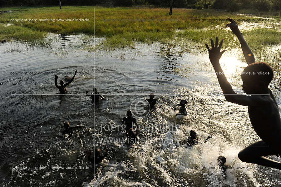 Afrika SUED-SUDAN  Bahr el Ghazal region , Lakes State, Bamam Bruecke , die Jungen aus dem cattle camp baden im Fluss /<br /> Africa SOUTH SUDAN  Bahr al Ghazal region , Lakes State, children from cattle camp take bath in river