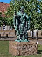 Bernwarddenkmal im Domhof, Hildesheim, Niedersachsen, Deutschland, Europa<br /> Berward monument, Domhof, Hildesheim, Lower Saxony, Germany, Europe