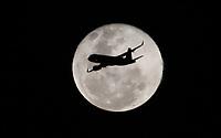 BOGOTÁ - COLOMBIA, 21-01-2019:La Luna 17 horas después del eclipse rojo que fue visible en el país ./The Moon 17 hours after the red eclipse that was visible in the country. Photo: VizzorImage / Felipe Caicedo / Satff