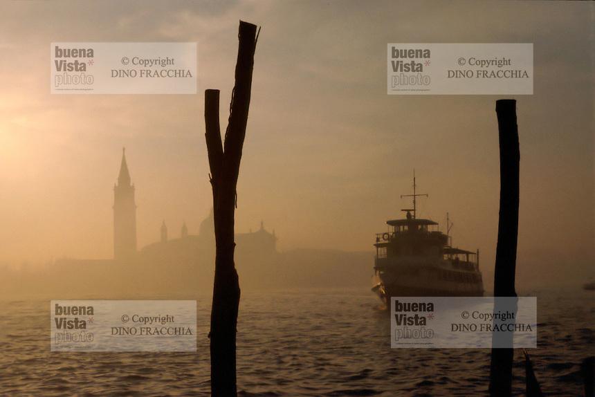 - Venice, ferry and S.Maria of the Health church ....- Venezia, traghetto e chiesa di S.Maria della Salute