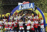 BOGOTA - COLOMBIA, 12-06-2019: Jugadores del Junior levantan el trofeo para celebrar el título como campeones después del partido de vuelta entre Deportivo Pasto y Atletico Junior por la final de la Liga Águila I 2019 jugado en el estadio Nemesio Camacho El Campín de la ciudad de Bogotá. / Players of Junior lift the trophy to celebrate as a champions after Second leg final second leg match of the Aguila League I 2019 between Deportivo Pasto and Atletico Junior played at Nemesio Camacho El Campin stadium in Bogota city. Photo: VizzorImage / Felipe Caicedo / Staff