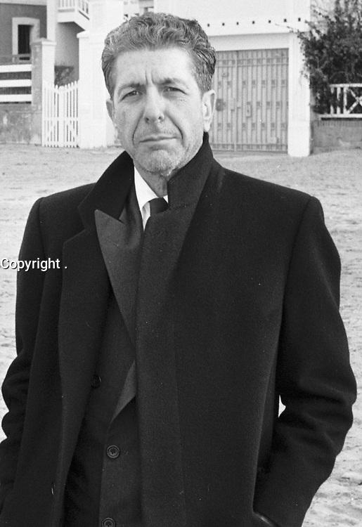 LEONARD COHEN . CHANTEUR CANADIEN . FOLK . TOURNAGE D UN CLIP . AVEC DOMINIQUE ISSERMANN . PHOTOGRAPHE . PLAGE DE TROUVILLE . 26 JANVIER 1988 .