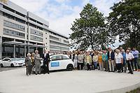 50 von der Deutschen Fernsehlotterie verloste Opel Adam stehen vor dem Adam Opel Haus in Rüsselsheim und warten auf die Gewinner, Christian Kipper (Stiftung Deutsches Hilfswerk Deutsche Fernsehlotterie Geschäftsführer, l., grauer Anzug) bedankt sich bei Jürgen Keller (Vertriebschef Adam Opel AG) für die Zusammenarbeit