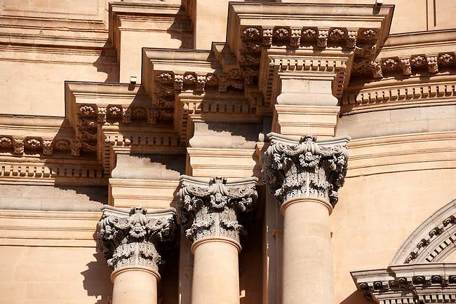 Corintian columns of the Baroque cathedral of St George designed by Rosario Gagliardi , Plaza Duomo, Ragusa Ibla, Sicily.