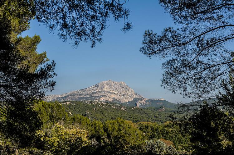Montagne Sainte-Victoire depuis route Cézanne, entre le Tholonet et St Antonin