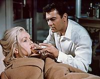 Prod DB © Venice Productions / DR<br /> AU REVOIR CHARLIE (GOODBYE CHARLIE) de Vincente Minnelli 1964 USA<br /> avec Debbie Reynolds et Tony Curtis<br /> malade, verre, faire boire<br /> d'apres la piece de George Axelrod