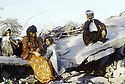 Irak 1991  Une famille dans Kala Diza en ruines  Iraq 1991   A family living in the ruins of Kala Diza