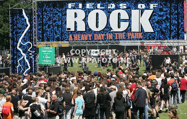 nijmegen 180605 fields of rock<br />Door de warmte werd het met recht een heavy day in the park.<br />foto Frans ypma APA-foto