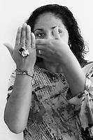 Corso di fotografia: Scatti di libertà..Fotoracconto: Lavorare in carcere..Il corso di fotografia ha coinvolto una decina di detenute dell'istituto penitenziario Rebibbia di Roma. Durante i tre mesi le detenute/fotografe hanno fotografato le loro compagne durante le attività lavorative all'interno del carcere. Il corso, tenuto dalla fotografa Antonella Di Girolamo, è stato reso possibile grazie alla sponsorizzazione  e collaborazione della Upter (Università Popolare di Roma) e di Unicoop Tirreno...Nei ritratti le detenute che hanno frequentato il corso di fotografia....