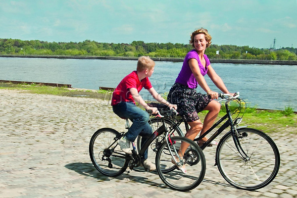 FILMBILD / T: Junge mit dem Fahrrad, Der / Le gamin au velo D: Thomas Doret, Cecile De France R: Jean-Pierre Dardenne; Luc Dardenne P: B/F/I J: 2011 DA: * Bildrechte: Alamode Film Originaldateiname: 607546 Filmstill // HANDOUT / EDITORIAL USE ONLY! / Please note: Fees charged by the agency are for the agency??s services only, and do not, nor are they intended to, convey to the user any ownership of Copyright or License in the material. The agency does not claim any ownership including but not limited to Copyright or License in the attached material. By publishing this material you expressly agree to indemnify and to hold the agency and its directors, shareholders and employees harmless from any loss, claims, damages, demands, expenses (including legal fees), or any causes of action or allegation against the agency arising out of or connected in any way with publication of the material.