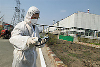 - 20 years from the nuclear incident of Chernobyl, radioactivity control in front of the power station....- 20 anni dall'incidente nucleare di Chernobyl, controllo della radioattività davanti alla centrale