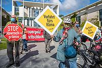 Anlaesslich des Corona-Autogipfel der Bundeskanzlerin mit Vertretern der Autoindustrie am 5. Mai 2020 protestierten Mitglieder von Fridays for Future, der Dienstleistungsgewerkschaft ver.di, campact! (im Bild), Greenpeace und anderen Umweltorganisationen vor dem Kanzleramt gegen Praemien zum Kaufanreiz fuer Neuwagen. Sie forderten finanzielle Unterstuetzung an eine nachhaltige und sozial gerechte Verkehrspolitik zu koppeln.<br /> 5.5.2020, Berlin<br /> Copyright: Christian-Ditsch.de<br /> [NUR FUER REDAKTIONELLE ZWECKE! Werbung nur auf Anfrage beim Fotografen. Inhaltsveraendernde Manipulation des Fotos nur nach ausdruecklicher Genehmigung des Fotografen. Vereinbarungen ueber Abtretung von Persoenlichkeitsrechten/Model Release der abgebildeten Person/Personen liegen nicht vor. NO MODEL RELEASE! Don't publish without copyright Christian-Ditsch.de, Veroeffentlichung nur mit Fotografennennung, sowie gegen Honorar, MwSt. und Beleg. Konto: I N G - D i B a, IBAN DE58500105175400192269, BIC INGDDEFFXXX, Kontakt: post@christian-ditsch.de<br /> Bei der Bearbeitung der Dateiinformationen darf die Urheberkennzeichnung in den EXIF- und  IPTC-Daten nicht entfernt werden, diese sind in digitalen Medien nach §95c UrhG rechtlich geschuetzt. Der Urhebervermerk wird gemaess §13 UrhG verlangt.]