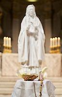 Monseigneur Christian Lépine bénit une toute nouvelle statue de sainte Kateri Tekakwitha installée à l'intérieur de la Cathédrale Marie-Reine-du-Monde, jeudi 30 septembre 2021.<br /> <br /> Mgr Lépine est accompagné par le père Vincent Esprit, C.M.F., curé du Sanctuaire à Kahnawake, et par l'abbé Alain Vaillancourt, curé de la Cathédrale.  M. Roger Twance, coordonnateur de Sainte Kateri au centre-ville, anime l'événement.<br /> <br /> La statue de sainte Kateri est une œuvre de l'artiste MC Snow de Kahnawake<br /> <br /> PHOTO : Agence Quebec Presse Montreal, September 22, 2021 - Archbishop Christian Lépine will bless a new statue of