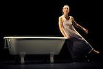 IM BADE WANNEN..Auteur : LINKE Susanne..Adaptateur : LINKE Susanne..Choregraphie : LINKE Susanne..Mise en scene : LINKE Susanne..Compositeur : SATIE Eric..Lumiere : DELAERE Johan..Costumes : LINKE Susanne..Avec :..LINKE Susanne..Lieu : Theatre de la Ville Les Abbesses..Ville : Paris..Le : 07 06 2010..© Laurent PAILLIER / photosdedanse.com..All rights reserved