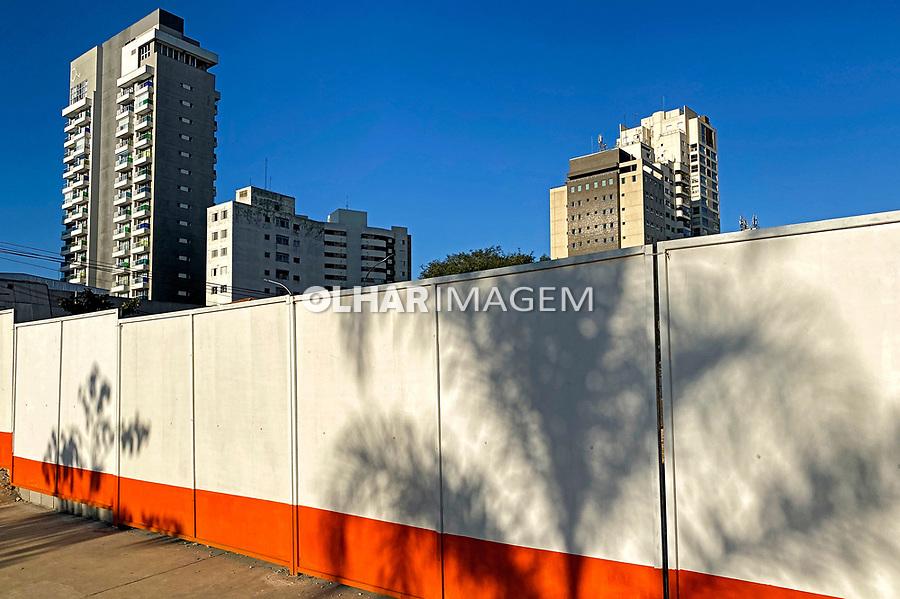 Tapume de obra de construção, Avenida Sumare, São Paulo. 2021. Foto Juca Martins