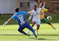 BOGOTA -COLOMBIA, 27 -SEPTIEMBRE-2014. Yonni Hinestroza  ( centro) de La Equidad   disputa el bal—n con Hernesto Hernandez guardameta ( I )  y Jarol Martinez  (Der) del Atletico Huila durante partido de la  doceava fecha  de La Liga Postob—n 2014-2. Estadio Metroplitano de Techo . / Yonni Hinestroza  (Center) of Equidad fights for the ball with Hernesto Hernandez goalkeeper  (L) and Jarol Martinez (R) of Atletico Huila  during 12th date  game of the La Liga Postob—n date 2014-2. Metropolitano de Techo  Stadium . Photo: VizzorImage / Cristian Alvarez  / Contribuidor