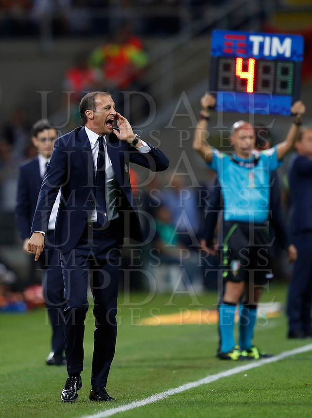 Calcio, Serie A: Inter vs Juventus. Milano, stadio San Siro, 18 settembre 2016.<br /> Juventus coach Massimiliano Allegri \gives indications to his players during the Italian Serie A football match between FC Inter and Juventus at Milan's San Siro stadium, 18 September 2016.<br /> UPDATE IMAGES PRESS/Isabella Bonotto