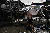 A worker carries the sustainably caught tuna to a buying unit in Puerto Princesa, Palawan in the Philippines. <br /> Photo: Sanjit Das/Panos for Greenpeace
