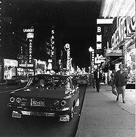 voiture corvair sur la Rue Saint-Hubert.<br /> 1961.<br /> Source : Ville de Montreal.