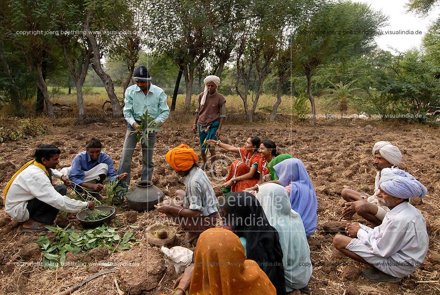 INDIA Madhya Pradesh , biodynamic organic cotton project bioRe in Kasrawad , farmers school and training on biodynamic farm preparations / INDIEN Madhya Pradesh , bioRe Projekt fuer biodynamischen Anbau in Kasrawad , Farmer Schulung zum Thema biodynamische Praeparate