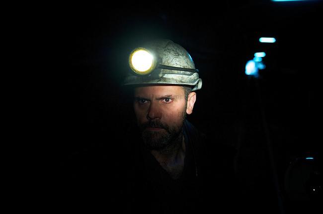 Bergarbeiterstreik in Spanien.<br /> In dem Dorf Santa Cruz del Sil der Provinz Leon haben 8 Bergarbeiter am 21. Mai 2012  beschlossen, sich so lange in der Mine einzuschliessen, bis alle Mineros ihren vollen Lohn von der Firmenleitung erhalten. Die Firmenleitung hatte ihnen im Mai 2012 nur die Haelfte des Lohns ausgezahlt. Seit dem wird die Mine bestreikt.<br /> Im Bild: Ein Minero faehrt zu seinen einegschlossenen Kollegen in die Mine.<br /> 3.7.2012, Santa Cruz del Sil/Asturien/Spanien<br /> Copyright: Christian-Ditsch.de<br /> [Inhaltsveraendernde Manipulation des Fotos nur nach ausdruecklicher Genehmigung des Fotografen. Vereinbarungen ueber Abtretung von Persoenlichkeitsrechten/Model Release der abgebildeten Person/Personen liegen nicht vor. NO MODEL RELEASE! Nur fuer Redaktionelle Zwecke. Don't publish without copyright Christian-Ditsch.de, Veroeffentlichung nur mit Fotografennennung, sowie gegen Honorar, MwSt. und Beleg. Konto: I N G - D i B a, IBAN DE58500105175400192269, BIC INGDDEFFXXX, Kontakt: post@christian-ditsch.de<br /> Bei der Bearbeitung der Dateiinformationen darf die Urheberkennzeichnung in den EXIF- und  IPTC-Daten nicht entfernt werden, diese sind in digitalen Medien nach §95c UrhG rechtlich geschuetzt. Der Urhebervermerk wird gemaess §13 UrhG verlangt.]