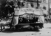 Char allegorique de l'Association dramatique Sainte-Brigide<br /> lors du defile de la Saint-Jean-Baptiste, le 24 juin 1909 <br /> <br /> <br /> <br /> PHOTO :  Stroud Photographic Supply Co