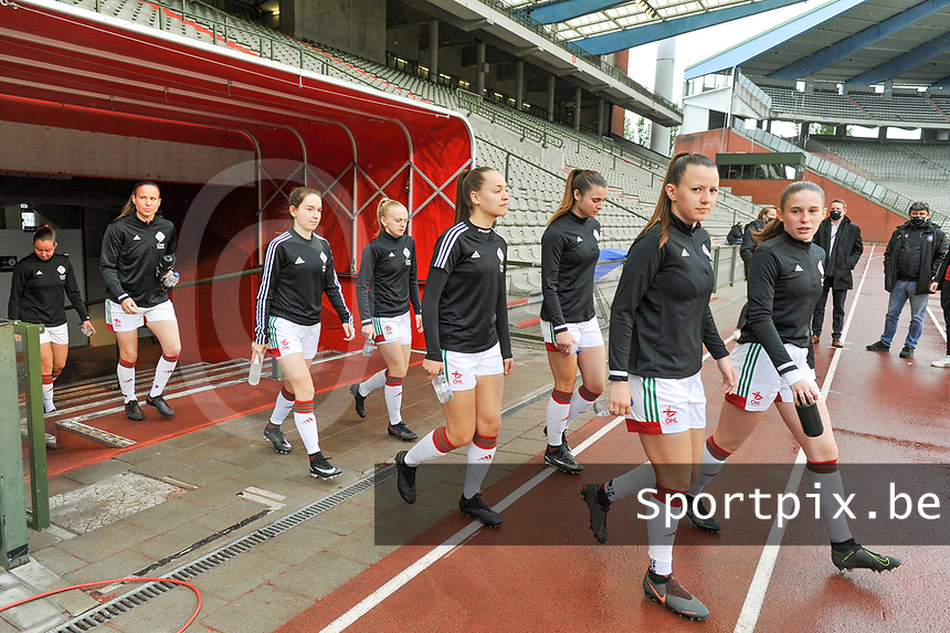 players OHL entering the field before a female soccer game before RSC Anderlecht Dames and Oud Heverlee Leuven on the seventh matchday of play off 1 of the 2020 - 2021 season of Belgian Womens Super League , saturday 15 th of May 2021  in Brussels , Belgium . PHOTO SPORTPIX.BE | SPP | STIJN AUDOOREN