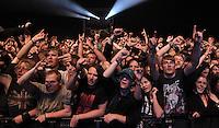 Das Festival With Full Force geht in die 18. Runde. 60 Bands aus der Hardcore-, Punk- und Metallszene haben sich auf dem haertesten Acker Deutschlands nahe Roitzschjora versammelt. Dazu gesellen sich nach Angaben der Veranstalter Sven Borges, Mike Schorler und Roland Ritter fast 30000 Besucher aus aller Welt. Drei Tage lassen die Bands ihre stromgestaehlten Gitarren gluehen und pusten per Mega-Boxenwand das Gras von der Landebahn des Sportflugplatzes. im Bild: Bullet-Fans recken die Haende gen Himmel. .   Foto: Alexander Bley