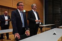 Stefan Sauer (CDU) beobachtet die Stimmauszählung im Georg-Büchner-Saal mit Staatssekretär Patrick Burghardt - Gross-Gerau 26.09.2021: Ergebnisse Bundestagswahl im Kreistag