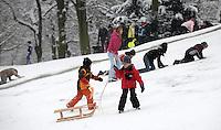Nach ergiebigem Schneefall in den letzten Tagen war der Clara-Zetkin-Park voll von Menschen , die die weiße Pracht in vollen Zügen genossen haben. Ob mit dem Schlitten, auf Ski oder einfach zu Fuß - der Schnee erfreute auf vielerlei Wegen.   Foto: Norman Rembarz..Norman Rembarz , Autorennummer 41043728 , Holbeinstr. 14, 04229 Leipzig, Tel.: 01794887569, Hypovereinsbank: BLZ: 86020086, KN: 357889472, St.Nr.: 231/261/06432 - Jegliche kommerzielle Nutzung ist honorar- und mehrwertsteuerpflichtig! Persönlichkeitsrechte sind zu wahren. Es wird keine Haftung übernommen bei Verletzung von Rechten Dritter. Autoren-Nennung gem. §13 UrhGes. wird verlangt. Weitergabe an Dritte nur nach  vorheriger Absprache..