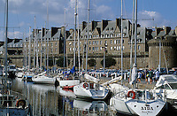 Europe/France/Bretagne/Ille et Vilaine/St Malo : les remparts de la Ville Close et le Port